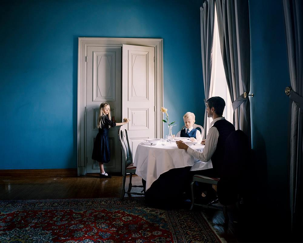 Erica Nyholm   Erica Eveliina Nyholm (*1982) vive e lavora a Helsinki. Erica Nyholm costruisce opere dove ambientazioni storiche e stili moderni si sovrappongono per creare una sorta di propria storia personale dell'artista basandosi su una vera e propria messa in scena. Nel suo lavoro fotografico si concentra sui ricordi. Lo scopo è quello di riunire documenti visivi di esperienze importanti. Studia le immagini in anticipo e fotografa persone che appartengono alla sua vita. Per quanto i soggetti sue foto rappresentano la memoria diventano icone e simboli di essere umano. Il tema sottolineando sembra essere la solitudine anche se l'artista dichiara di non essersi focalizzata su questo tema.  Erica Nyholm è vincitrice del Premio FotografiaFondazione spagnola Pilar Citoler.