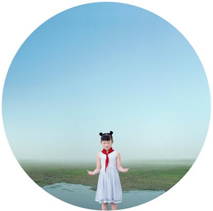 """Liu Xiaofang   Liu crea fotografie con un'estetica onirica che attinge dai suoi ricordi d'infanzia e di contemplazione poetica del mondo che la circonda. I suoi paesaggi, delicati e apparentemente utopici, confondono i confini tra il mondo reale e l'immaginazione, lasciando che lo spettatore si interroghi sul concetto di verità e realtà.  La fotografia di Liu richiama la pittura tradizionale cinese, particolarmente nota per i suoi paesaggi, resi indefiniti dalla nebbia. Ponendosi dunque in un punto intermedio tra pittura e fotografia, questi lavori ricreano un mondo di fantasie fiabesche, in cui l'illusione sconfina nella realtà, seguendo il percorso dei vaghi ricordi d'infanzia. Attraverso queste visioni surreali Liu riesce così a evocare in modo dolce e naturale un senso di nostalgia verso il proprio passato.  Liu Xiaofang si è laureata presso il Dipartimento di Fotografia, all'Accademia Centrale di Belle Arti di Pechino. Nel 2010 è stata tra i pochissimi artisti a essere nominata tra i più promettenti fotografi contemporanei dal Musée de l' Elysée di Losanna, in Svizzera; Liu ha partecipato alla mostra """"reGeneration2"""" e a diverse mostre internazionali come la mostra itinerante """"Photographers Today"""". Nello stesso anno ha mostrato la sua creatività e il proprio talento a Paris Photo. Una delle sue visioni circolari è stata scelta nel 2008 come immagine dei Giochi Olimpici di Pechino."""