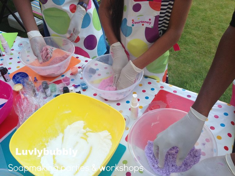 girls+making+bath+bombs+at+Luvlybubbly+kids+craft+parties+london.jpeg