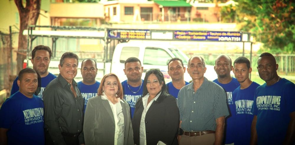El equipo de trabajo de Metropolitan Home Improvements. En el centro Jorge L. Cruz Hernández, Rosa Gerena, Lucy Estrada y José A. Cruz Hernández. Foto por José D. Cruz