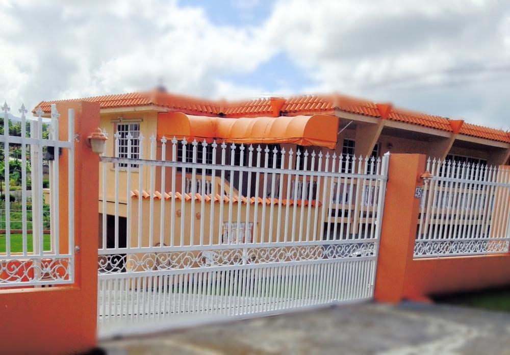 Portón corredizo casa anaranjada