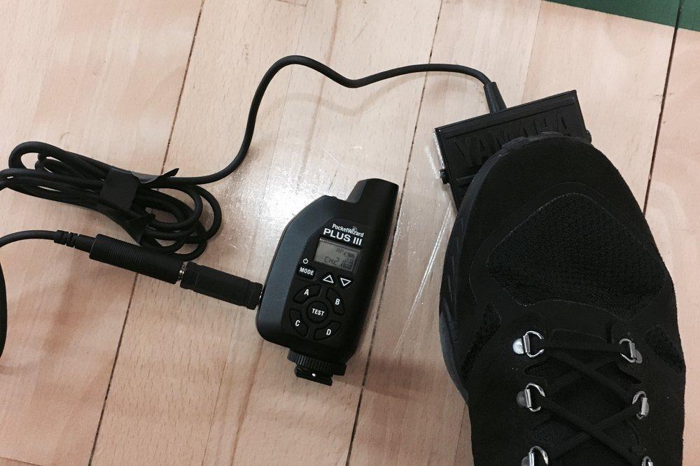 籃版後相機係通過PocketWizrd Plus III 遠控控制拍攝,今次特別購入電子琴用腳踏觸發,用腳觸發快門比起一般放在相機頂部同步拍攝高效,減少拍攝太多多餘相片