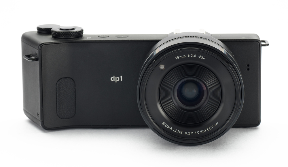 The front sports the 19 mm/f2.8 lens. The LED-like thing on the front of the lens barrel is the AF illuminator.