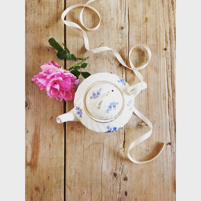 The sweetest little tea pot with my very first bloom from my @david_austin_roses Gertrude Jekyll, planted last Autumn. The scent is simply exquisite #davidaustinroses #weddinginspiration #vintagewedding #vintagechina #pearlsandpeonies #englishroses