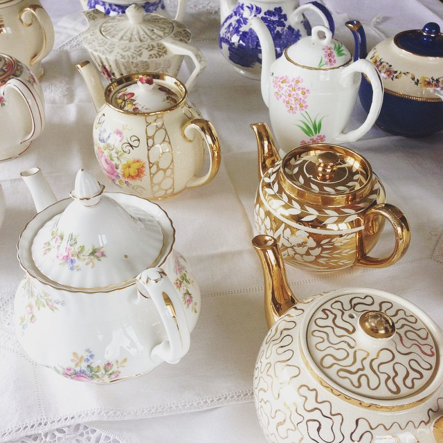 Looking at this lovely lot is enough to brighten up the dreariest of dreary of Mondays #pearlsandpeonies #vintagechina #vintageteapots #weddinginspiration #royalalbert #mossrose #jgmeakin #sadler #britishchina