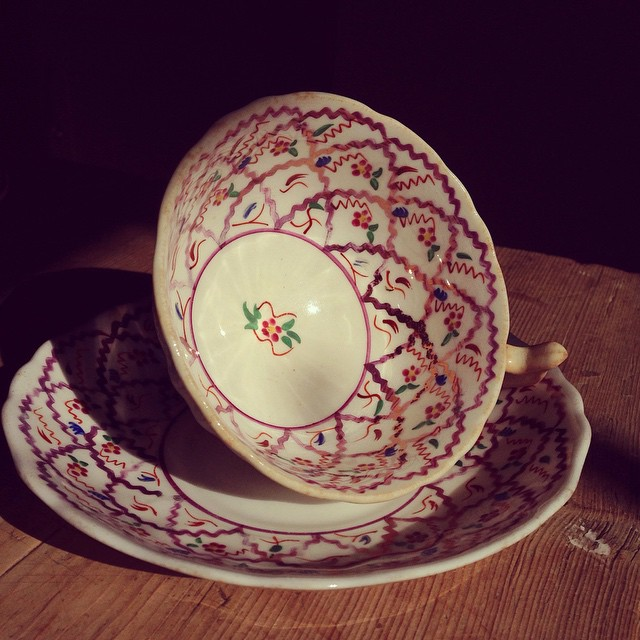 Oh my what a glorious morning! ☀️ Sunshine cascading through the window and catching the stunning internal detail of this little pretty thing #vintagechina #chinahire #pearlsandpeonies #weddinginspiration #vintagewedding #vintageteacup #teacup #trio #handpainted