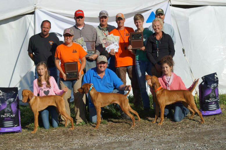 QUAIL DERBY CLASSIC  BACK: JUDGE: PETER COPPENS, STEPH FIDLER, BRIAN GINGRICH JUDGE: MARK JOHNSON, BRIAN FIDLER, ANDREW FIDLER, CARRIE SYCZYLO, ROBERT TOMCZAK. FRONT: CARLIE SYCZYLO WITH THE WINNER FIDDLER'S BIG FINALE, RON CHENOWETH WITH RED BANGERT'S RED BARON, AND MIKAYLE SYCZYLO WITH FIDLER'S CK RAGIN BULL.