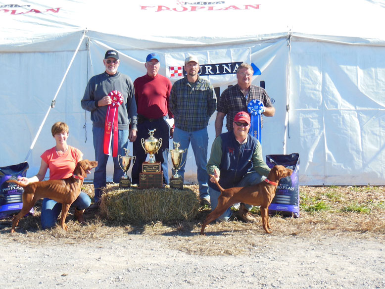 National Quail Championship Back: Jaime Fountain, Robert Tomczak; Judges: Mike Crouse and Mary Crouse Schalk, Stephanie Fidler, Brian Gingrich, Carrie Syczylo, Brian Fidler, and Ron Chenowith. Front: Mark Johnson with the winner, A Case for JT Becker, and Andrew Fidler with runner up, Burr Oak's Ellie Mae.