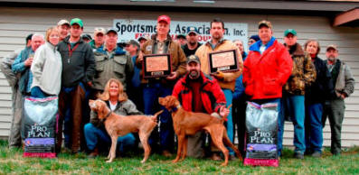 Front Row: Dar Lundy with Hawk's Pappomatic and Greg Konan with OnPoints Spinning Axel    Standing: Kelley Hansen, Amy Vogt, Eric Ebert, Dustin Ochs (handler), Jim Blumentritt, Doug Reisner (judge), Dan Long, Bill Linnig, Mark Johnson (judge holding winner's plaque), Forrest McPherson, Josh McPherson, Barry Bassingthwaite (handler), Stella Lang, Barry Peterson, Ray Cooper, Jon Peck, unknown participant, Mark Smith