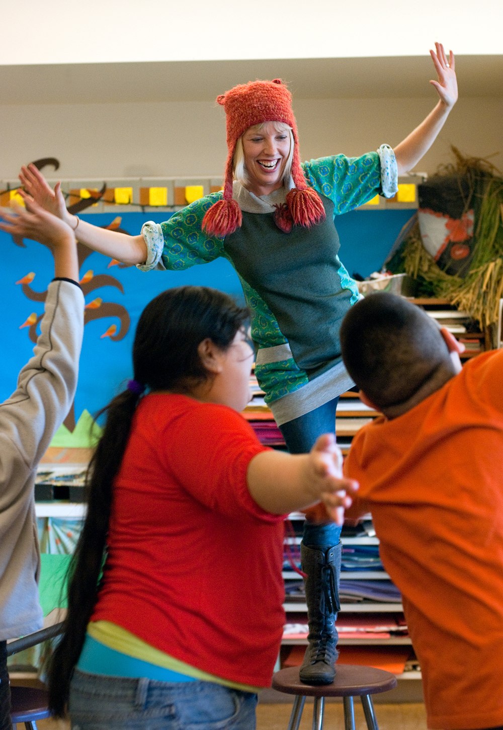 Art teacher engages students, Arts Corps