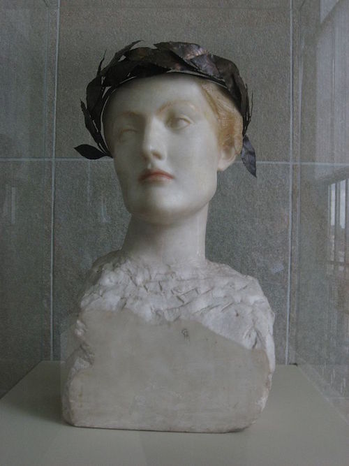 By  Fernand Khnopff  - 'Picture by  Hay Kranen,  2008-03, Public Domain, https://commons.wikimedia.org