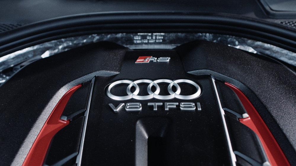 Krachtig. - De 4.0 liter motor levert 605PK. In 3.7 seconden zit je op de 100 km/u.