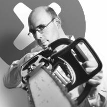 Thomas Opsomer   Tournevie's Premier Tool Ninja   Dankzij een decennium ervaring als productspecialist bij Makita, is Thomas in staat om elke (klein) onderdeel van een hamerboor op te sommen  in het Latijn .  Hij verdeelt zijn tijd tussen iFixit, Tournevie, de renovatie van zijn huis en het beantwoorden van een brede waaier aan vragen van zijn twee kinderen.