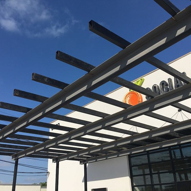 Another great project with @projectpeached - steel by @austinoutdoorstudio - going up for an outdoor patio area to extendthe useable space for @peachedsocialhouse. . . . #whosyourarchitect #designhoundatx #architecture #architecturelovers #residentialdesign #interiordesign #commercialdesign #hospitalitydesign #restaurantdesign #austintx #atx #designinspiration #architecture_hunter #designboom #archdaily #architizer #dezeen #dwellmagazine #wepostourwork