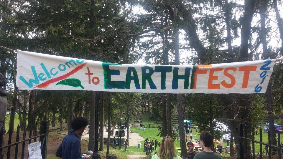 Students and locals gather at the Thornden park amphitheater to enjoy Earthfest 2016