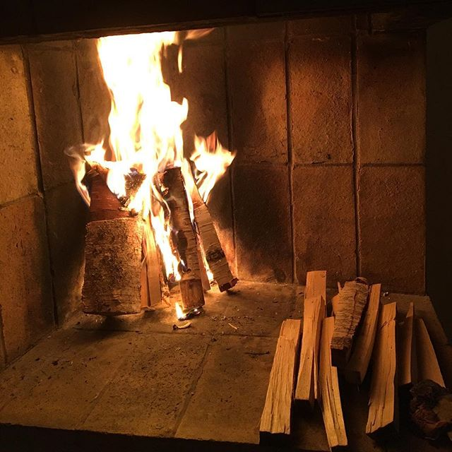 Fire comes as a friend on a cold December night. Fire is also a prerequisite to coffee because it's what heats up the green beans enough to make them brown and tasty. So here's to the constructive energy in fire! Pictured here is sustainably harvested birch firewood, slowly spreading warmth and a soft light.  Happy Friday everyone💚