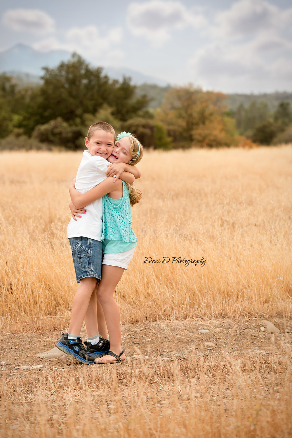 Outdoor twins portraits - Redding CA photographer - Dani D Photography