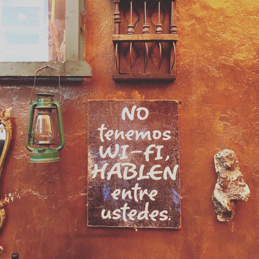 Cartel fotografiado fuera de un bar en Cartagena, Colombia, donde la gente sabe vivir.