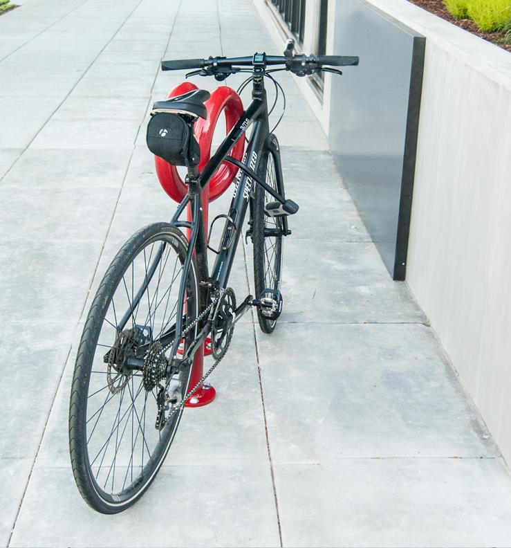 Huntco_Corkscrew_Bikerack_bike_angle.png