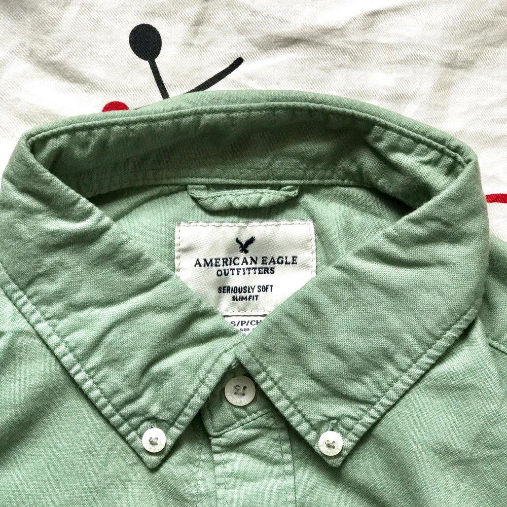 「AMERICAN EAGLE」のYシャツ。白シャツばかり着てたのでうれしい!