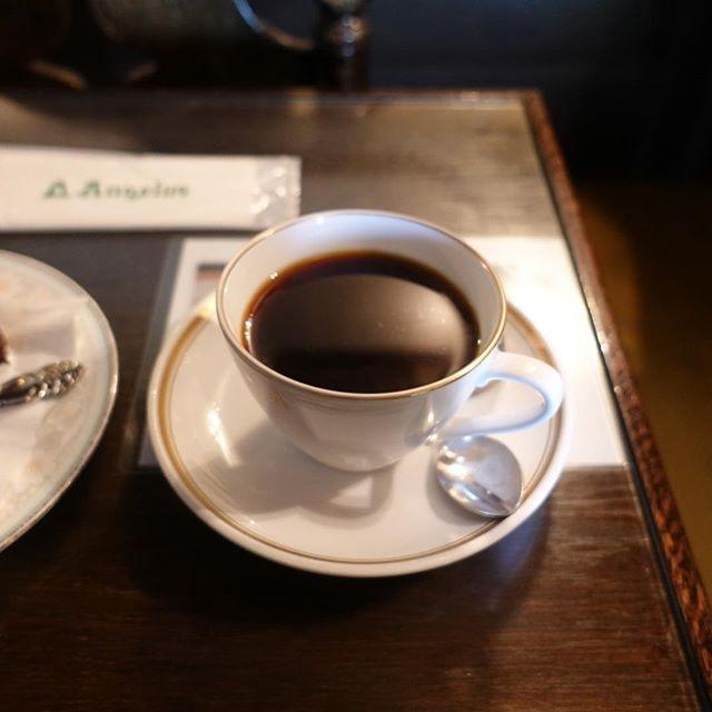 喫茶店「アンヂェラス」の、アンジェラスというケーキとコーヒー。味のあるお店で、今度は平日に行きたいなぁ。手塚治虫のサインがあった。  #vsco #vscofilm⠀ #asakusa  #vscocam⠀ #vscogrid⠀ #photooftheday⠀ #vscolife⠀⠀ #yomcame
