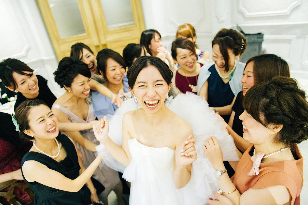 明るく楽しい事が大好きな花嫁を表現するために、友人に協力してもらって出来上がった一枚。フォトグラファーだけではいい写真は撮れないと常に考えいて、現場でのひらめきや協力を大切にしている。