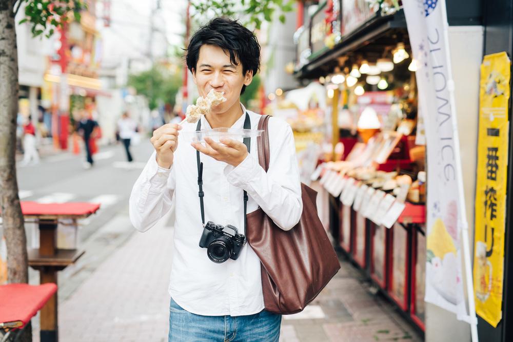趣味の食べ歩きで中華街を訪れた時の一枚。家でじっとしているよりも、外に出かけて新しい発見や出会いが生まれるのが好き。