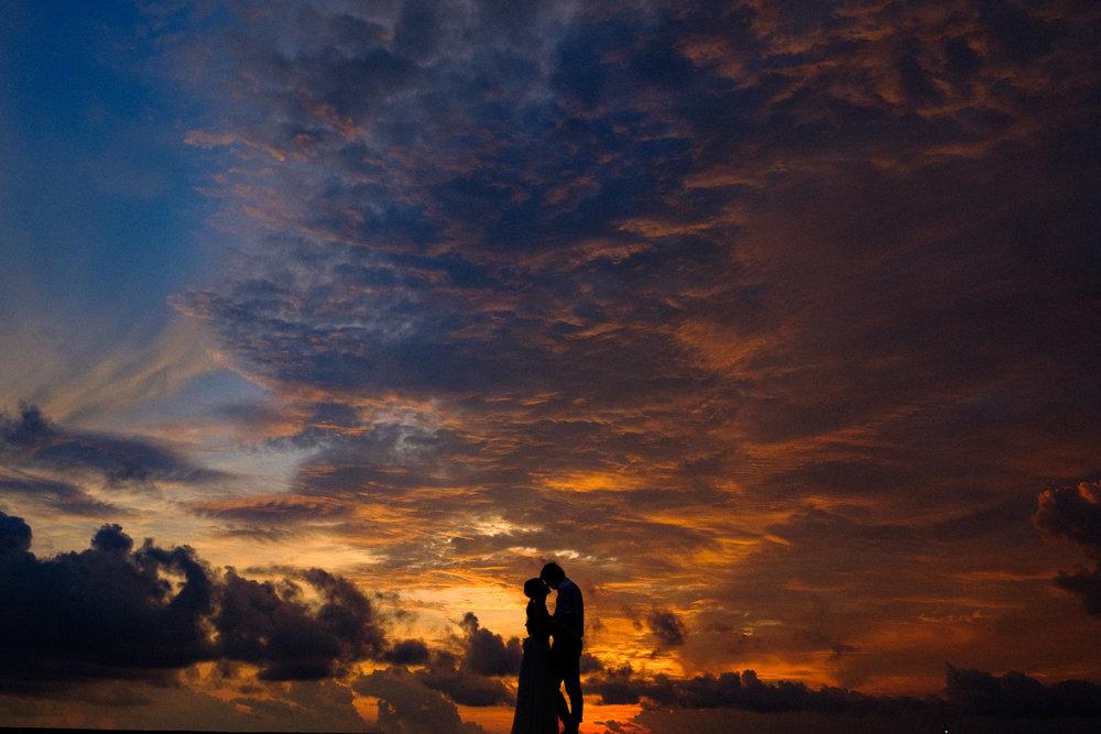 沖縄の残波岬でマジックアワーにフォトウェディング