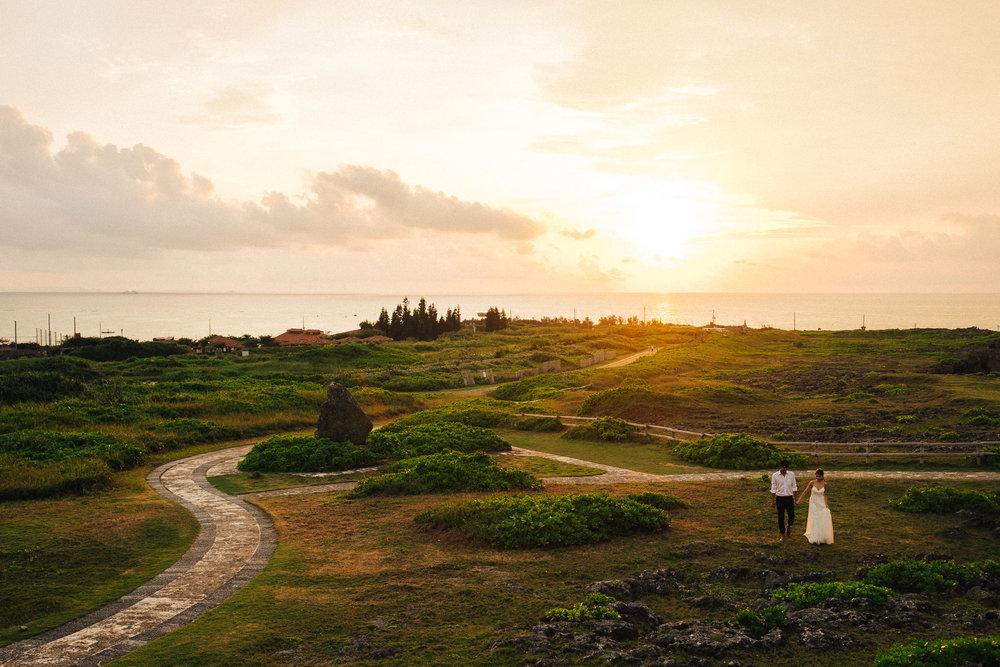 沖縄の残波岬でサンセットとフォトウェディング
