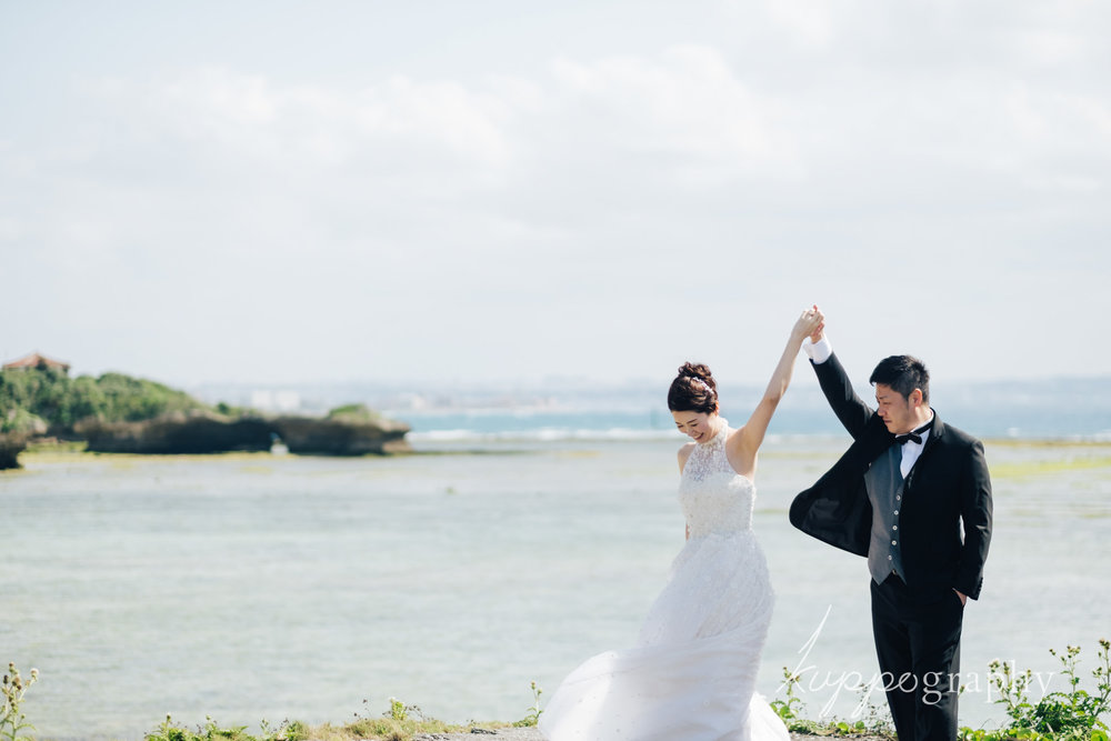 沖縄のビーチでロケーションフォト撮影
