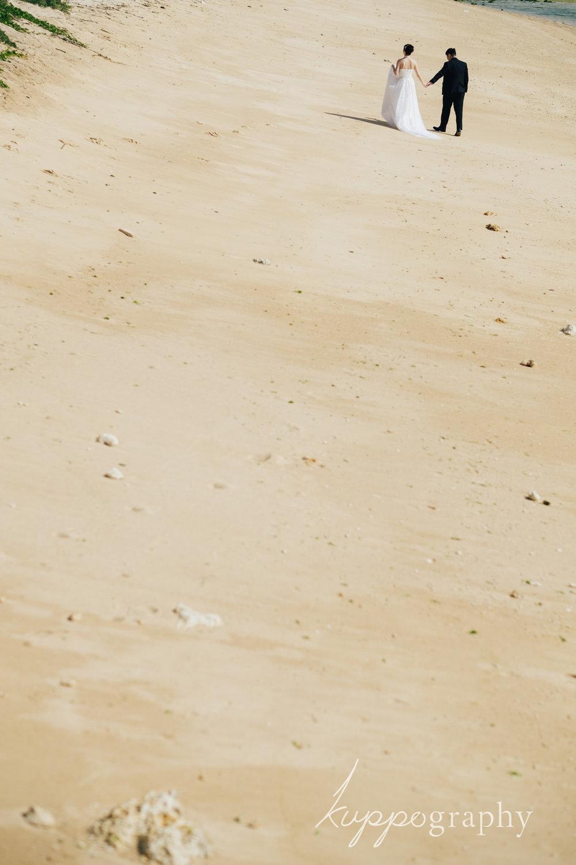 沖縄の砂丘のような場所で撮影