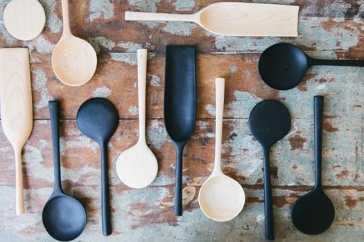 Cucchiai in legno nero e naturale lavorato a mano a Kingston NY  | Blackcreek Mercantile | Joshua Vogel |  Spazio Materiae |  Napoli