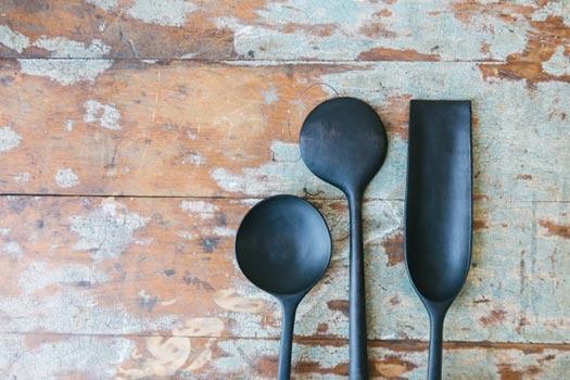 Cucchiai in legno nero lavorato a mano a Kingston NY  | Blackcreek Mercantile | Joshua Vogel |  Spazio Materiae |  Napoli