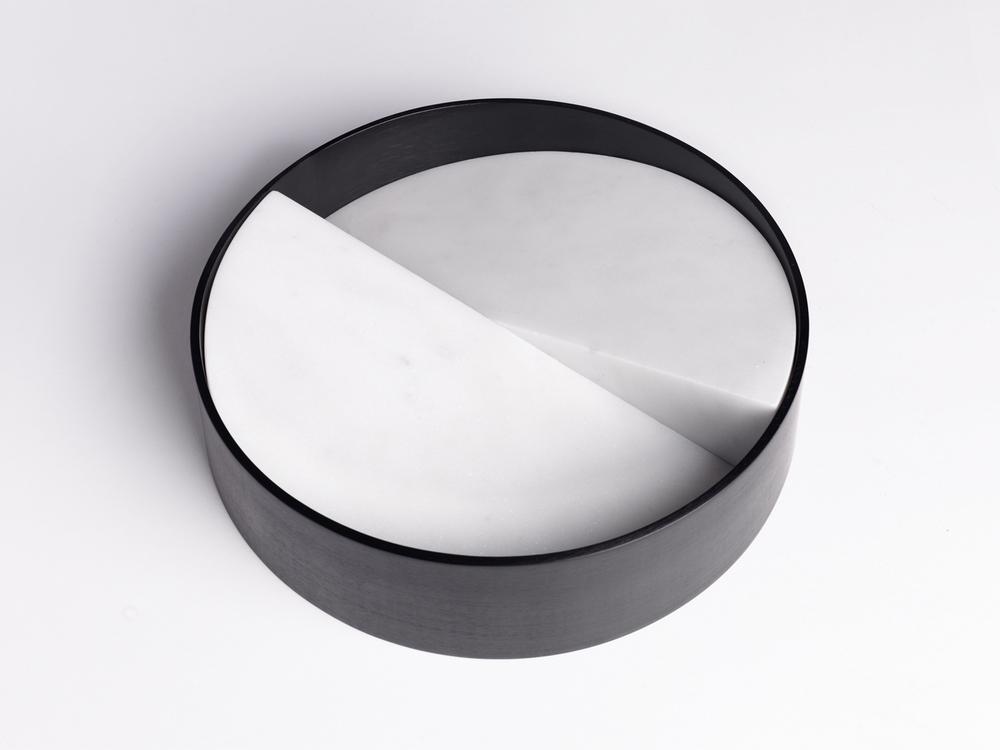 Let it slide Ciotola | Marmo di Carrara e Alluminio Anodizzato Nero | Minimal Design| Isabell Gatzen | Spazio Materiae | Napoli