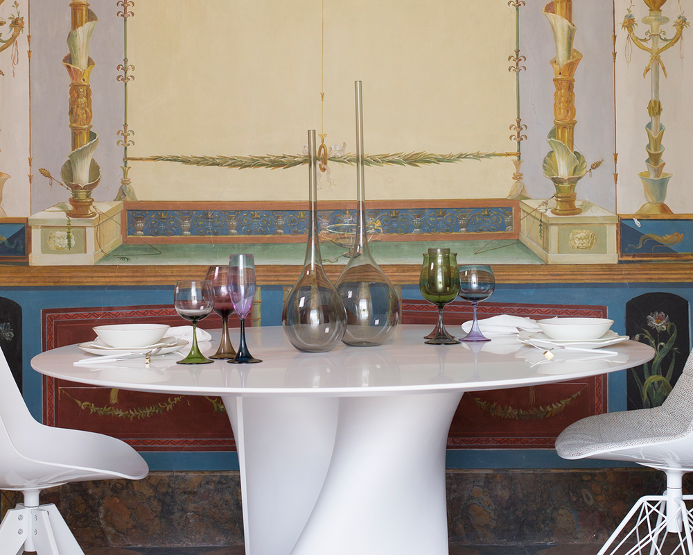 Sedie Flow di Jean Marie Massaud e tavolo S di Xavier Lust per MDF Italia in un allestimento site-specific di Spazio Materiae nella splendida cornice di Palazzo San Teodoro.