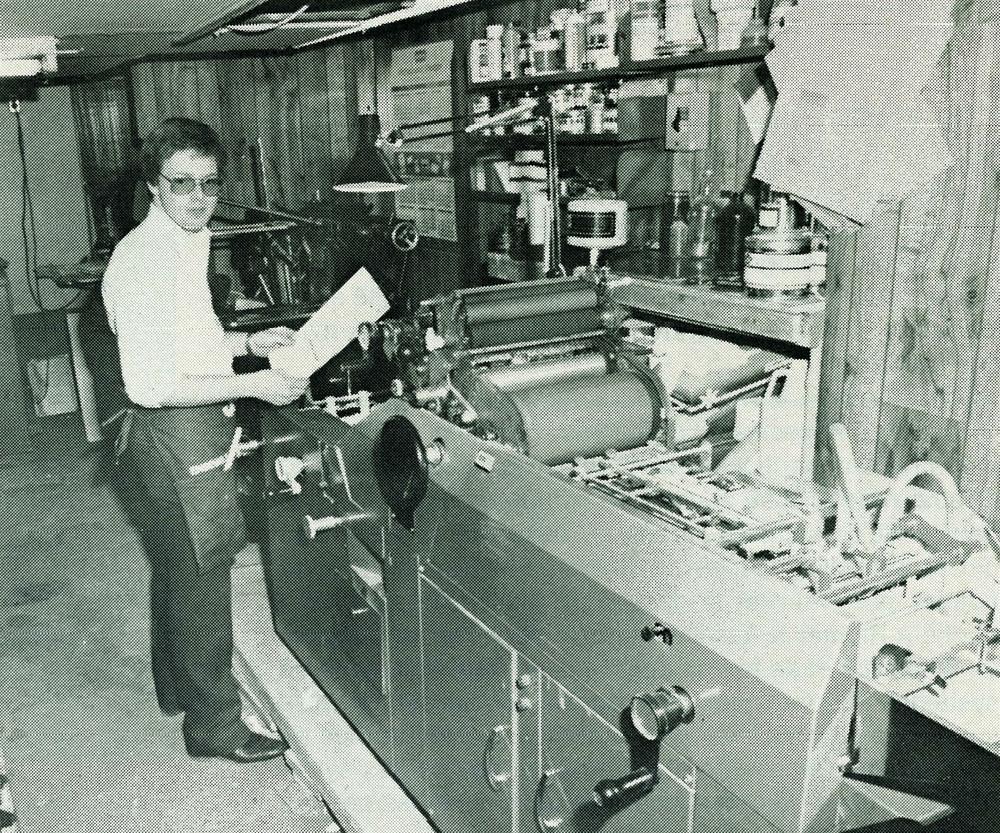 Le jeune Patrick Sylvestre au travail sur sapremière imprimante offset. 1983.