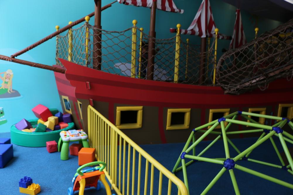 船の中でかくれんぼしている子ども達が沢山います。