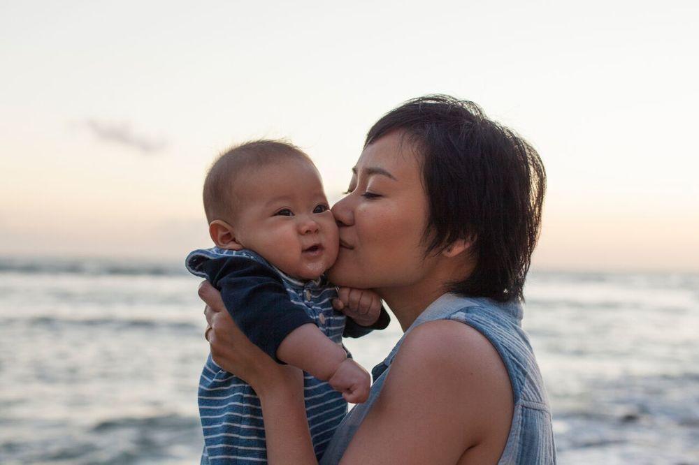 いつも頰にキスすると大笑い。まるでクスクスと笑い声が聞こえてきそうなこの写真。息子さんとふたりで撮った中で一番お気に入りの写真だそう。