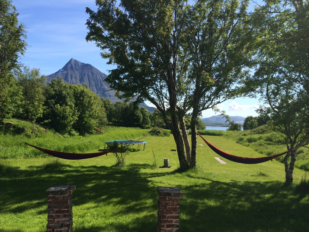 Foran Nordlandshuset med utsikt mot Sandhornet