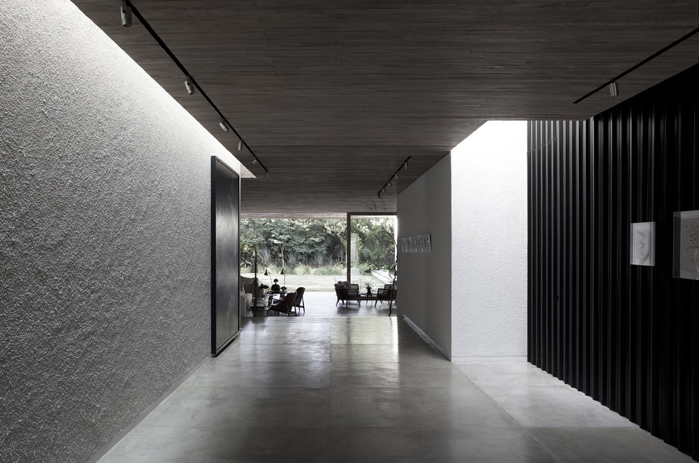 Fetching-Yucatan-House-in-Sao-Paolo-Brazil-Isay-Weinfeld-featuring-interior-design-with-concrete-floor-wooden-ceiling-and-track-lighting.jpg