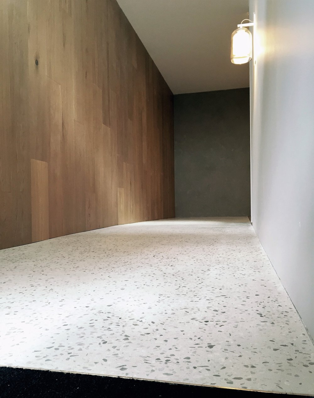 Articolo Showroom / Alabaster with Super Off White Marble