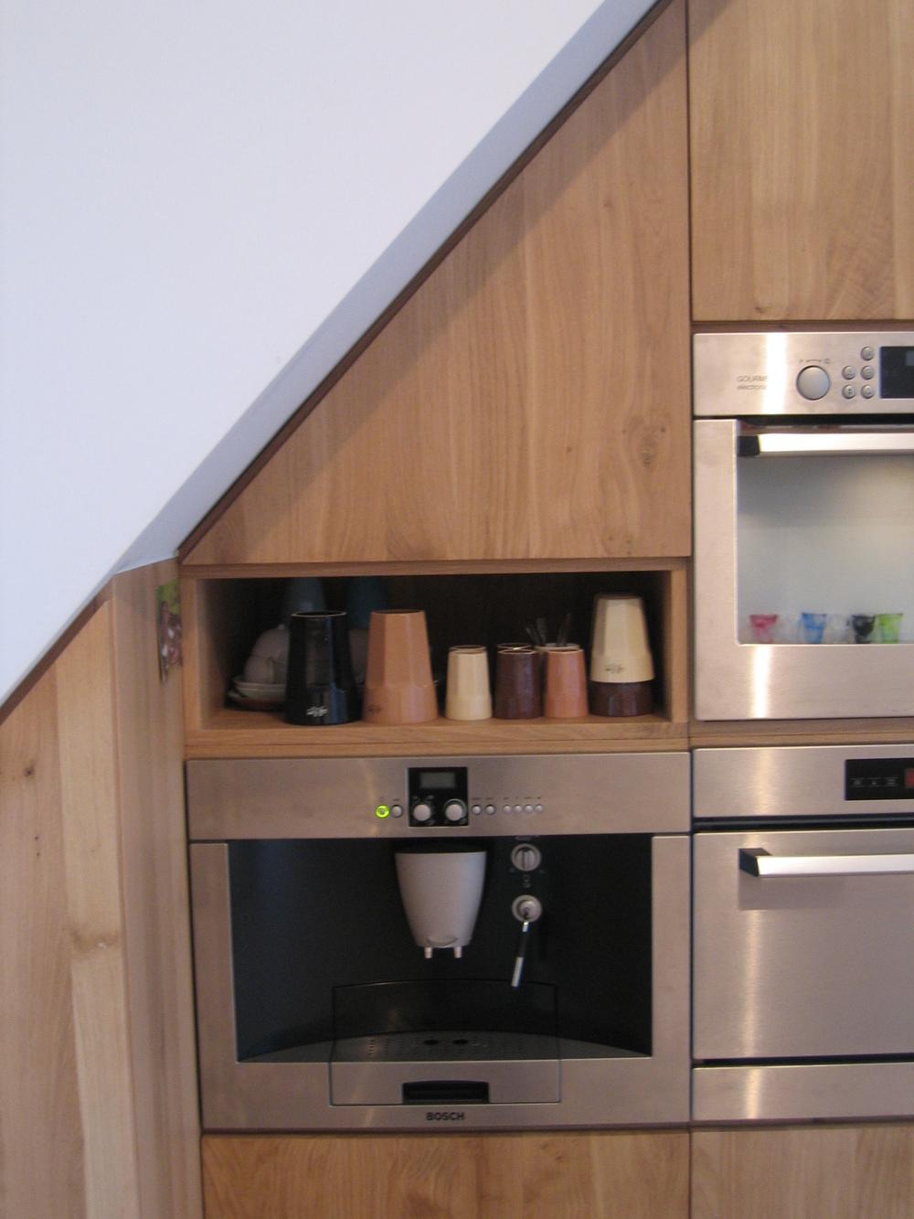details van wandkast met inbouw-espressoapparaat van Bosch