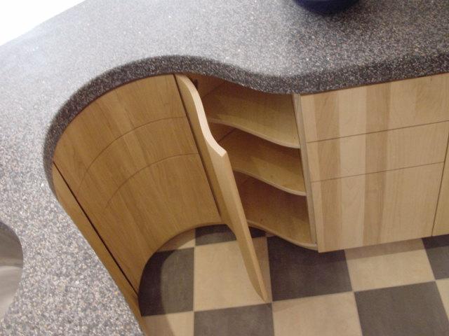 binnenwerk van alle kasten, planken (en lades) van watervast verlijmd multiplex, blank afgelakt