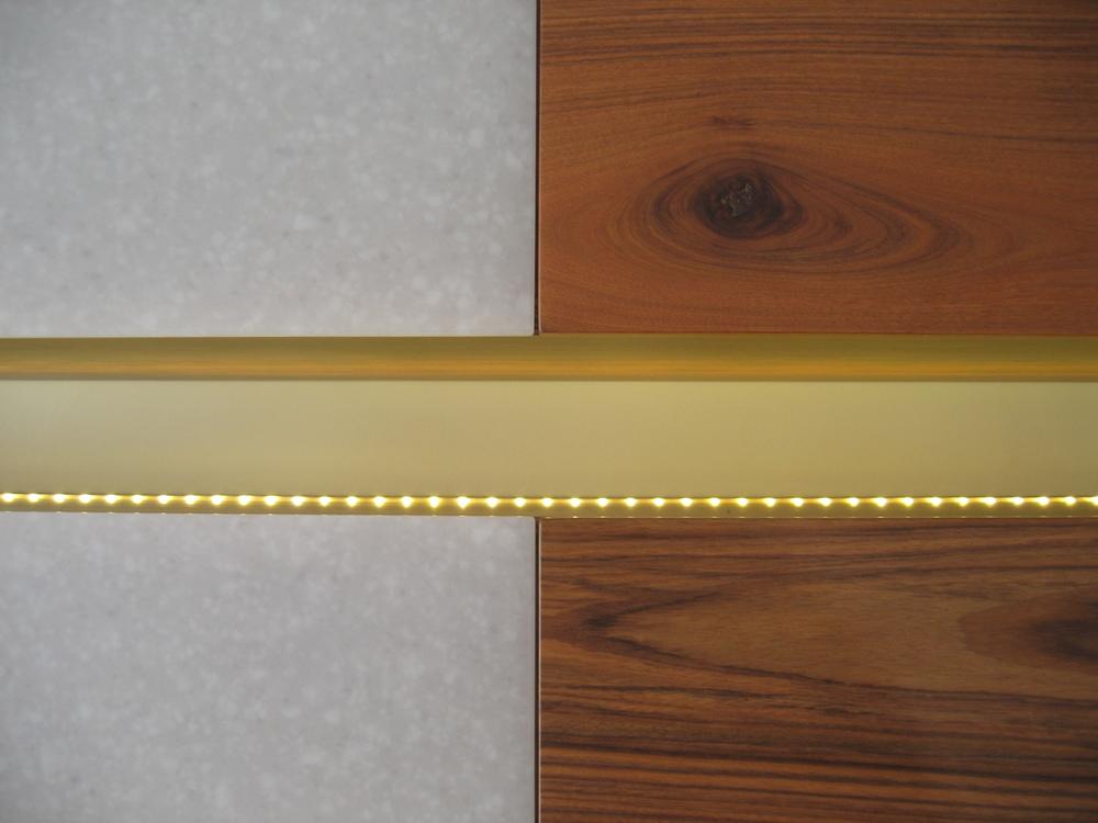 details van de fronten van de bovenkastjes, met ledverlichting