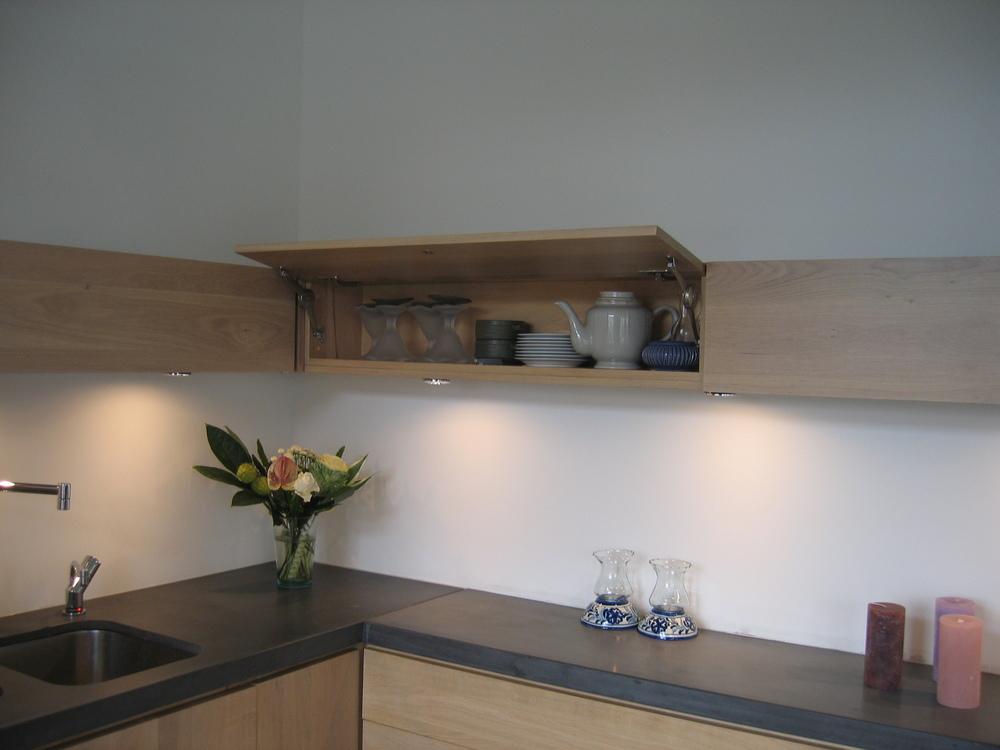 minimalistische smalle bovenkastjes met dimbare halogeenverlichting