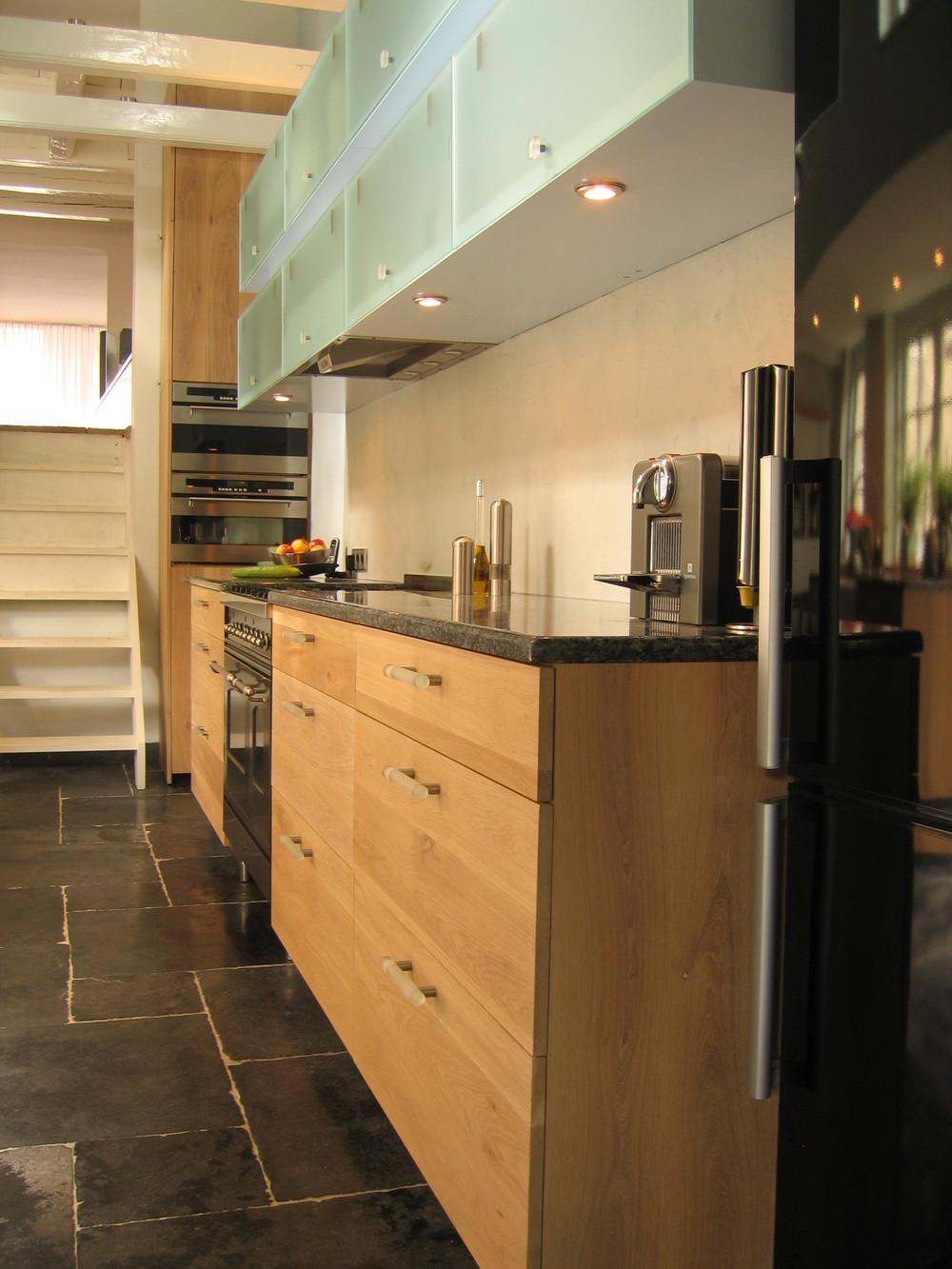diepe, volledig uittrekbare lades, een dubbele rij hangkasten met klepfronten van matglas
