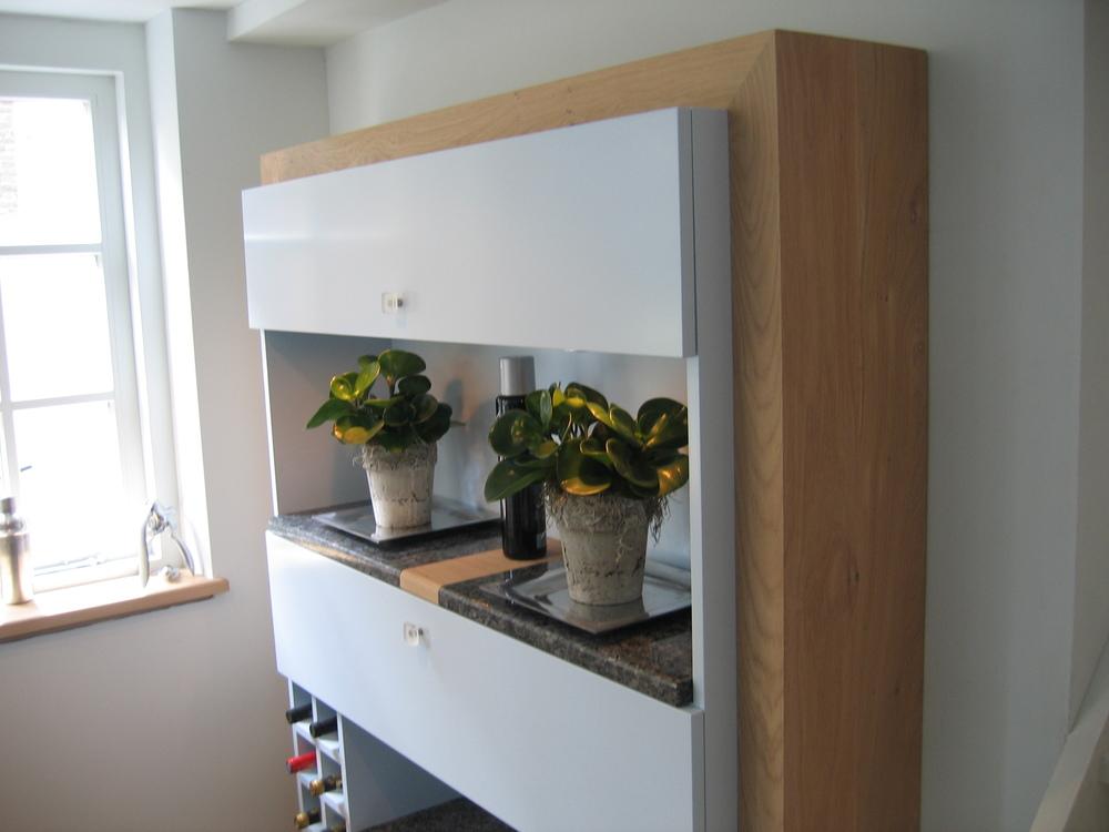 wandkast met werkblad in een combinatie van labradoriet met eikenhout