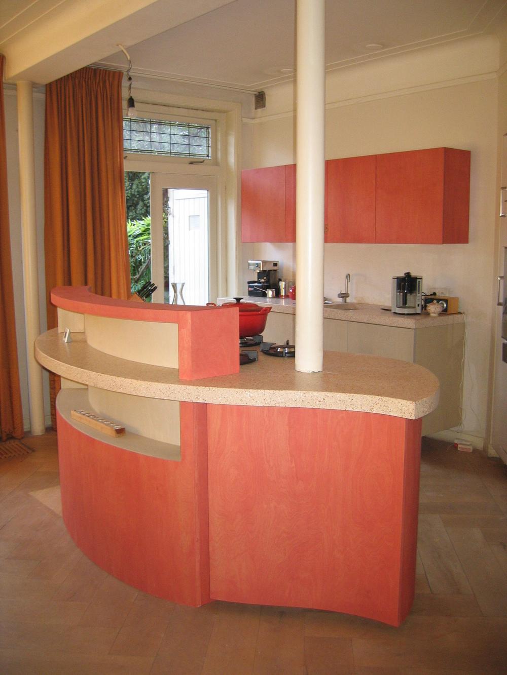 druppelvormig kookeiland in berkenmultiplex en terrazzo