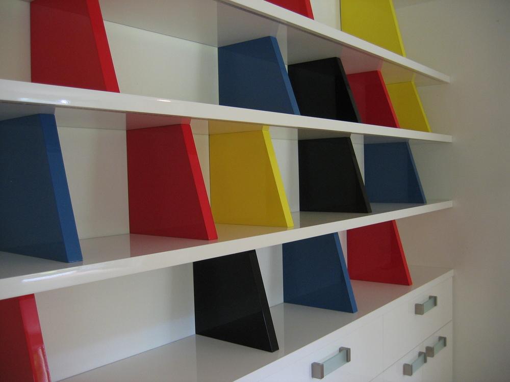 ledverlichtingsstrips ingefreesd in de onderzijde aan voorkant van de boekenplanken