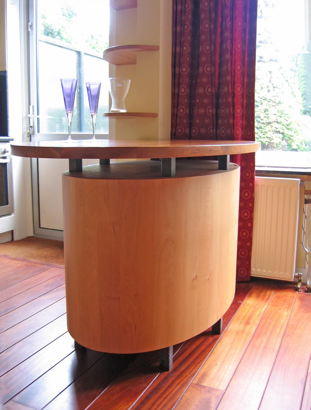 vrijstaande ovale tafel, blad van kersen, kastruimte van berken, pootdetails belgisch hardsteen